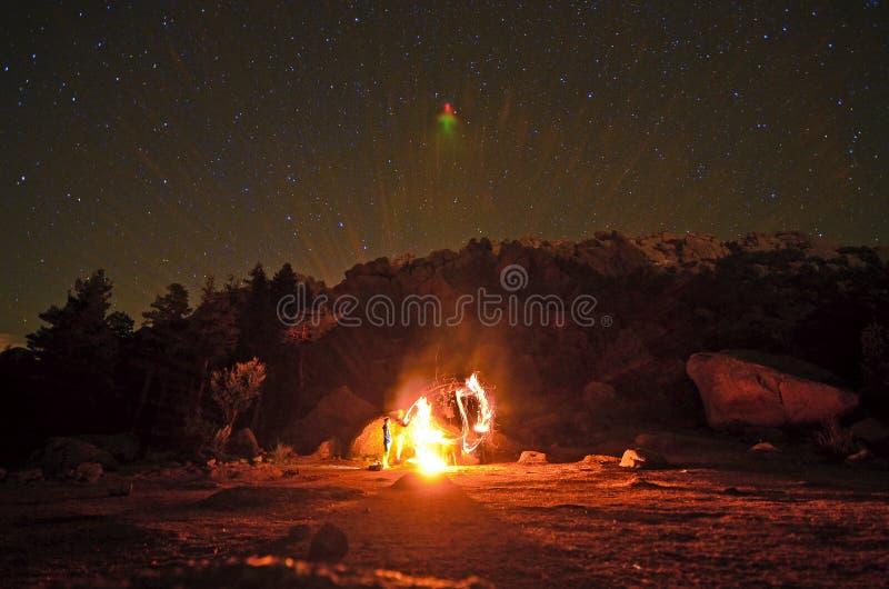 Hoguera debajo de las estrellas imagen de archivo libre de regalías