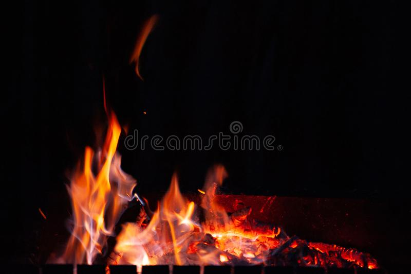 Hoguera del fuego La llama de las quemaduras del fuego en un horno abierto en la noche imagen de archivo