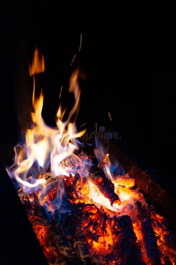 Hoguera del fuego del primer La llama de las quemaduras del fuego en un horno abierto en la noche fotos de archivo libres de regalías