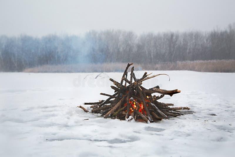 Hoguera en invierno foto de archivo