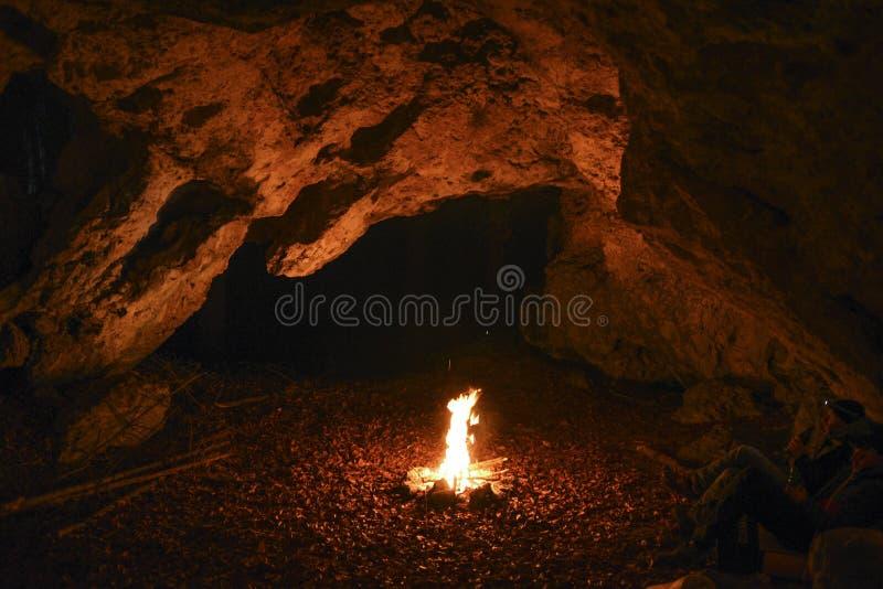 Hoguera en la cueva foto de archivo libre de regalías