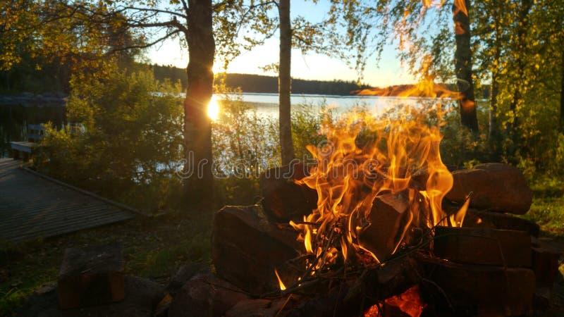 Hoguera en un lago en Finlandia foto de archivo libre de regalías