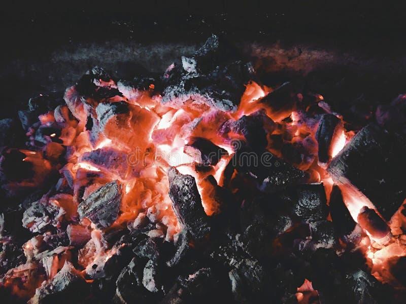 Hoguera y carbones imagenes de archivo