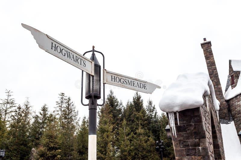 Hogwarts和Hogsmeade的交叉点在哈利・波特环球电影制片厂的日本吸引力区域 库存图片