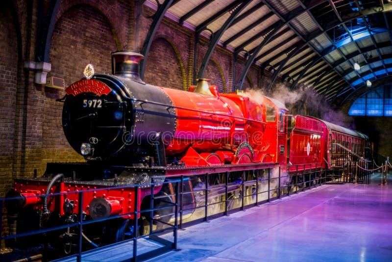 Hogwarts срочное на платформе 9 3/4 в путешествии студии Гарри Поттера братьев Warner стоковая фотография rf