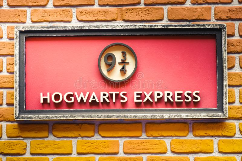 Hogwarts expriment 9 et plate-forme de train de trois-quarts de saga de Harry Potter photos libres de droits