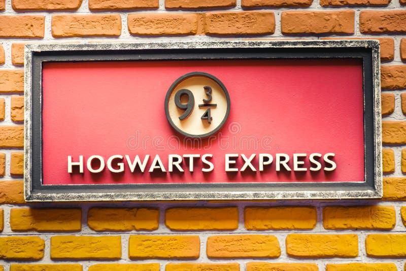 Hogwarts Wyraża 9 i trzy ćwiartek taborową platformę od Harry Poter saga zdjęcia royalty free