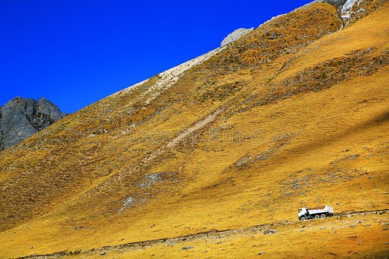Hohe alpine Straße in Cordiliera Huayhuash stockfotografie