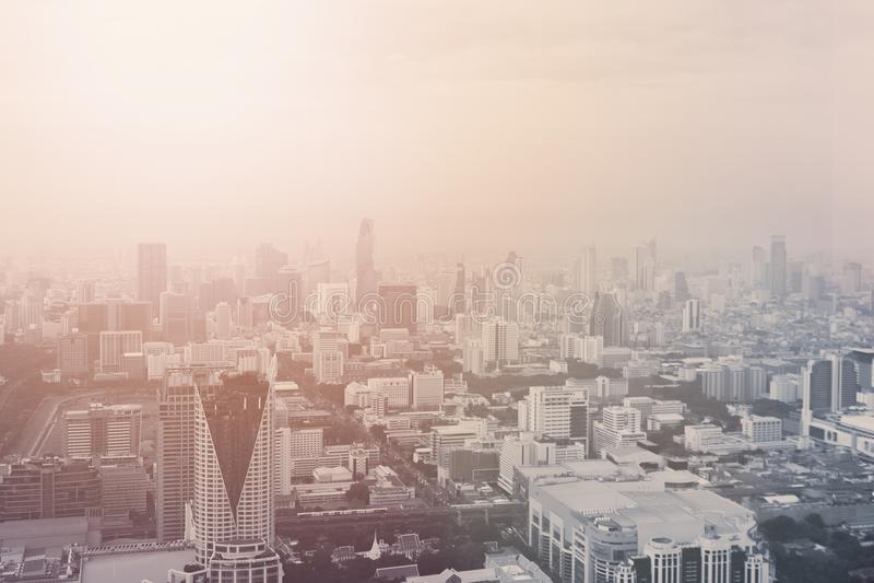 Hohe Ansicht Bangkok-Stadtbilds Sonnenaufgang und gemütliches Panorama Viele Gebäude und bewölkter Thailand-Himmel lizenzfreie stockbilder