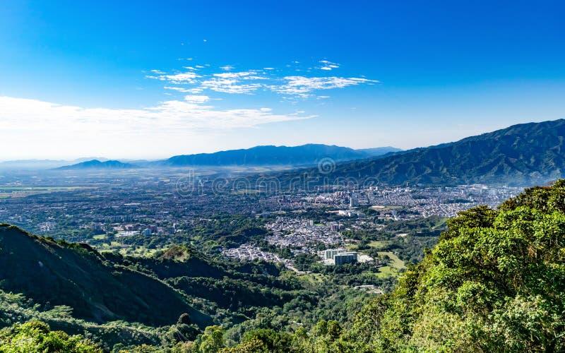 Hohe Ansicht von den Bergen der Stadt von Ibague B lizenzfreie stockfotografie
