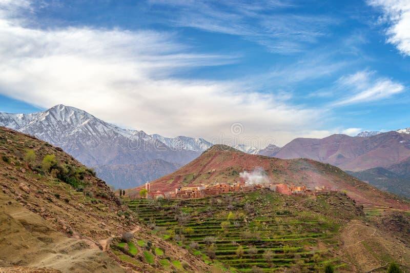 Hohe Atlasstreckenlandschaft, Dorf von Tizi N'Oucheg und Jebel Yagour im Hintergrund Marokko lizenzfreies stockbild
