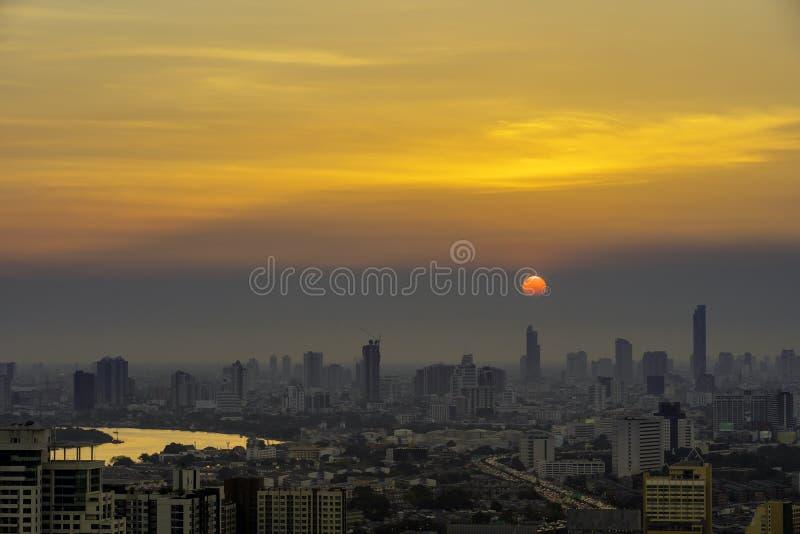 Hohe Aufstiegs-Gebäude am Stadtzentrum in Bangkok Thailand am Abend stockbild