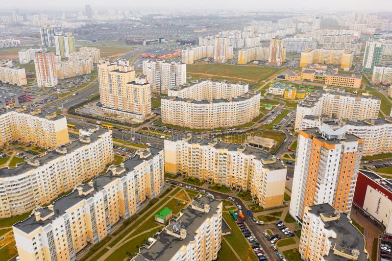 Hohe Aufstiegsgebäude, die über neues Wohngebiet hochragen aerial lizenzfreies stockbild