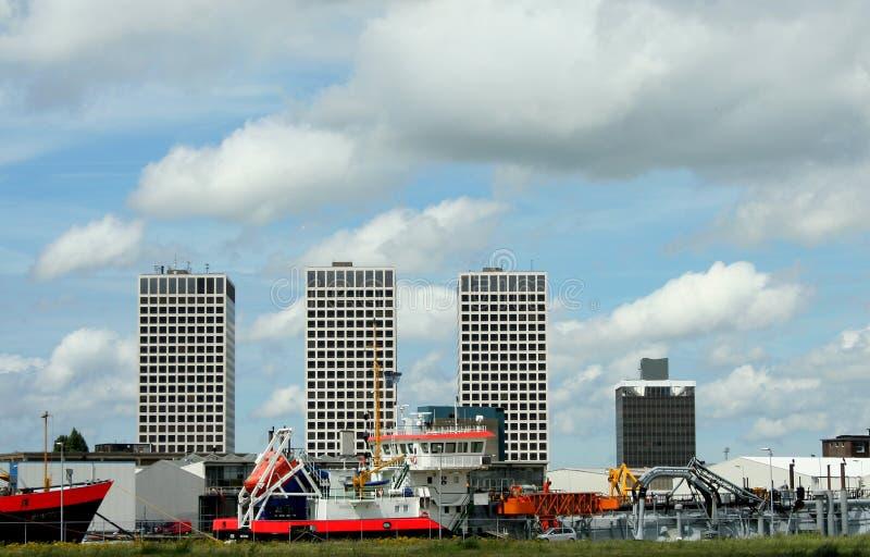 Hohe Aufstiegsgebäude entlang der Maas stockbild
