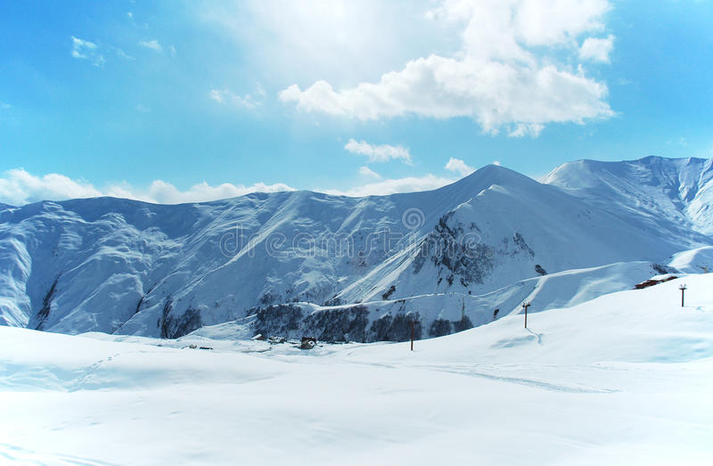 Hohe Berge unter Schnee stockbild