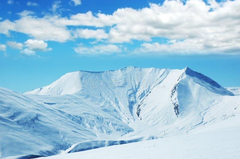 Hohe Berge unter Schnee stockbilder