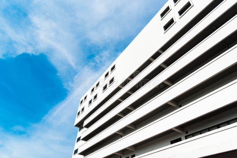 Hohe Bibliothek im College mit blauem klarem Himmel und bewölkt Landschaft und errichtendes Konzept lizenzfreie stockbilder