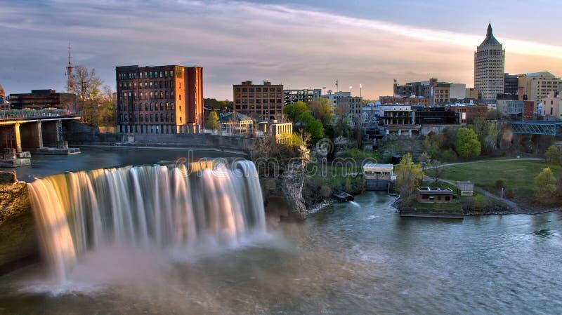 Hohe Fälle von im Stadtzentrum gelegenem Rochester New York bei Sonnenuntergang stockfoto