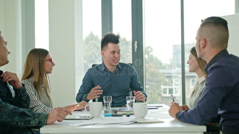 Hohe Fives-Mitglieder an einem Start in einem modernen Büro stockbilder