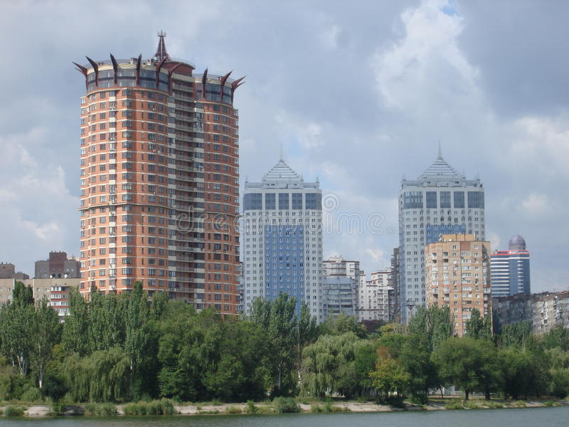 Hohe Gebäude in Donetsk lizenzfreies stockbild