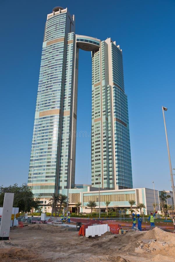 Hohe Gebäude im Bau in Abu Dhabi, UAE stockbild