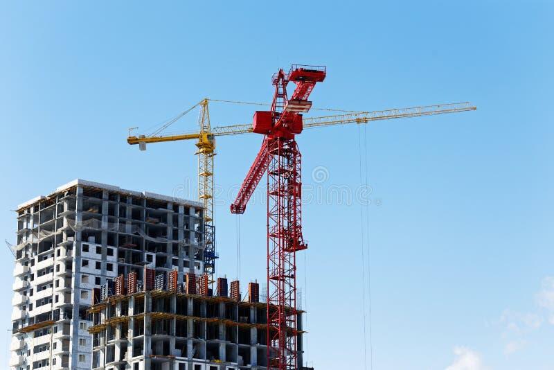 Hohe Gebäude im Bau und Baukräne stockfotografie