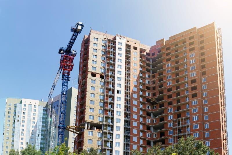 Hohe Gebäude im Bau und Baukran stockfotografie