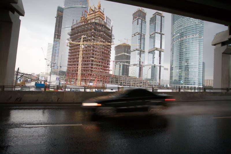 Hohe Gebäude und Datenbahn stockbild