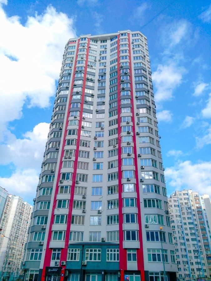 Hohe Gebäude und die Wort Technologie auf den Wolken lizenzfreie stockfotografie