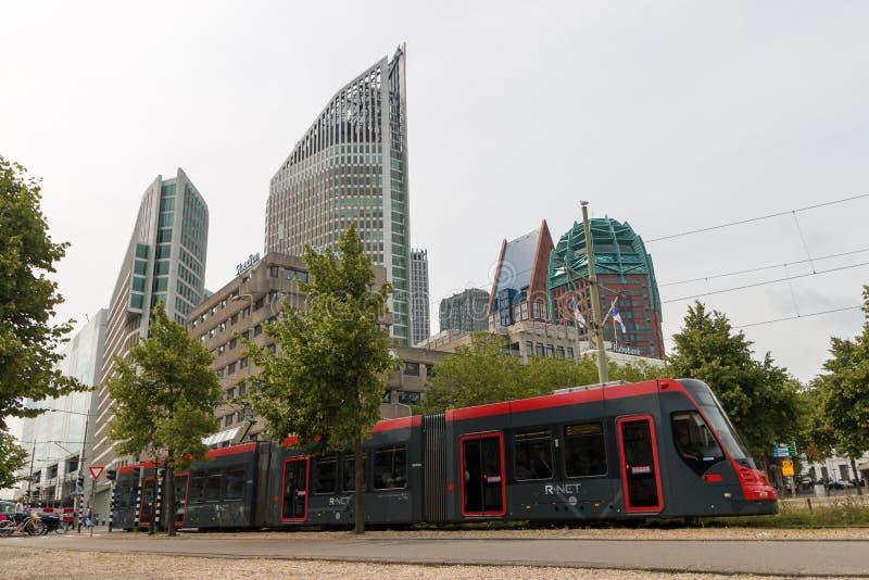 Hohe Gebäude von Den Haag Stadtskylinen mit schneller Tram im Vordergrund lizenzfreies stockfoto