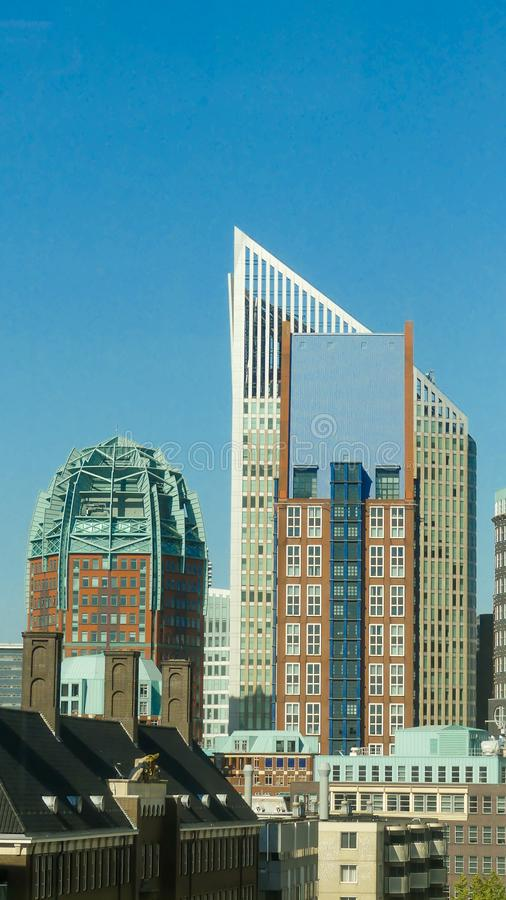Hohe Geb?ude von Den Haag Stadtskylinen am sonnigen Tag stockfoto