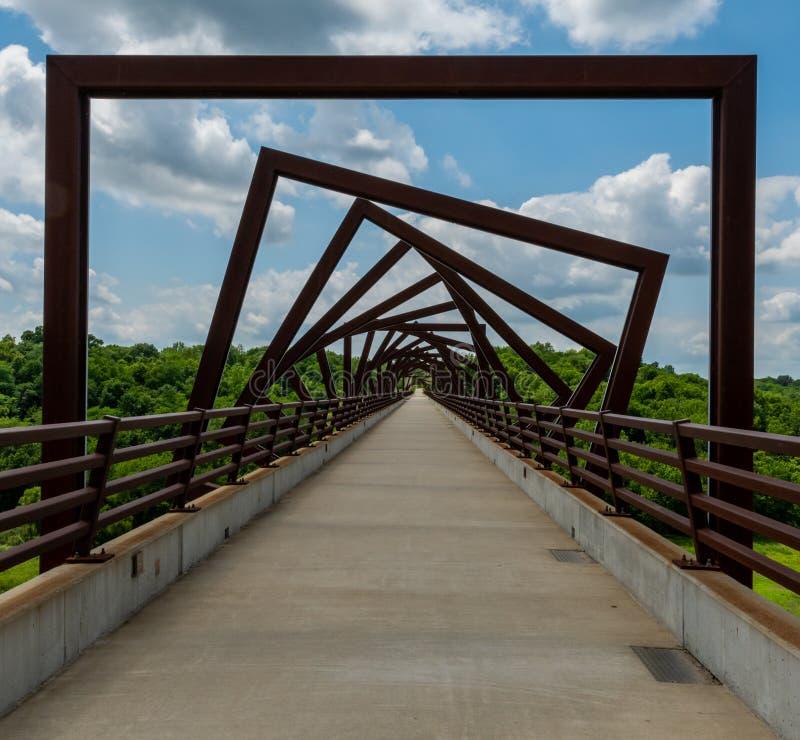 Hohe Gestell-Hinterbrücke in ländlichem Iowa stockfotografie