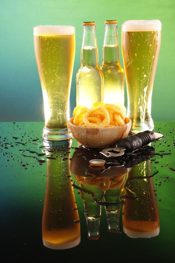 Hohe kühle Bier- und Zwiebelenringe stockfotos