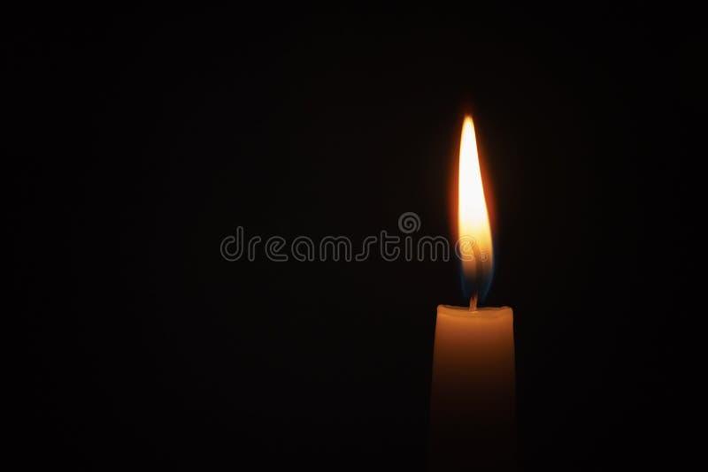 Hohe Kerze durchgebrannt in der dunklen Umwelt lizenzfreie stockfotos
