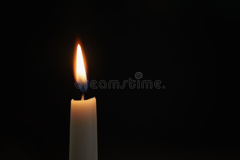 Hohe Kerze durchgebrannt in der dunklen Umwelt lizenzfreies stockbild