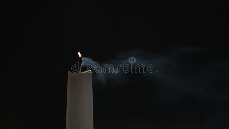 Hohe Kerze mit Rauchspur lizenzfreie stockbilder