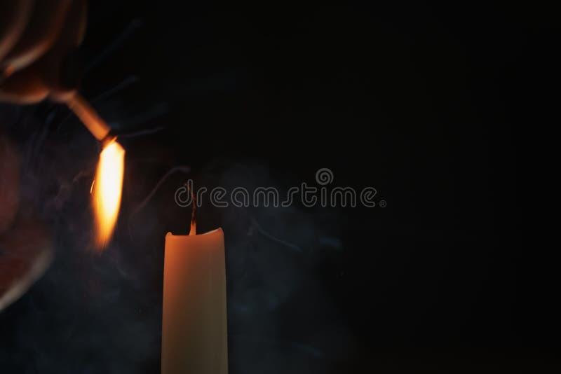 Hohe Kerzenbeleuchtung in der dunklen Umwelt stockbild