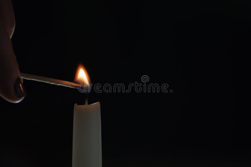 Hohe Kerzenbeleuchtung in der dunklen Umwelt stockbilder