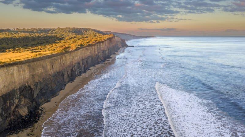 Hohe Klippenwand über Meer 02 lizenzfreies stockfoto