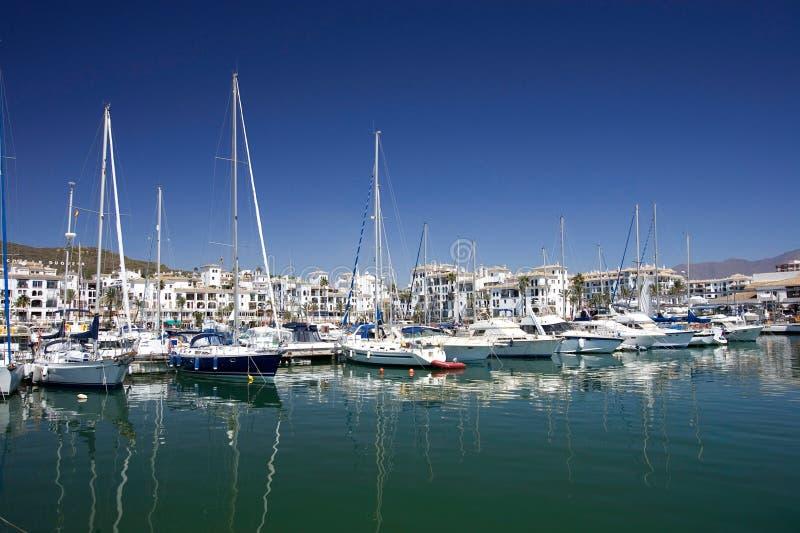 Hohe Luxuxboote und Yachten verankerten im Duquesa Kanal in Spanien ein lizenzfreies stockbild