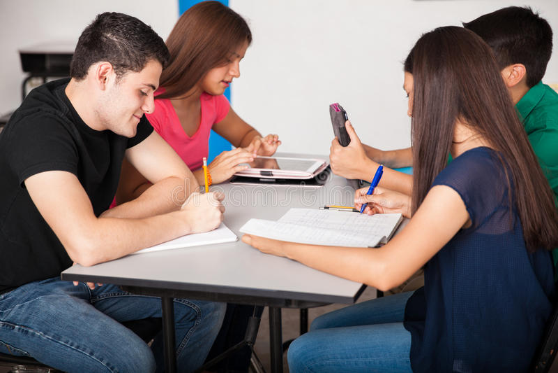 Hohe Schüler in der Klasse stockbild
