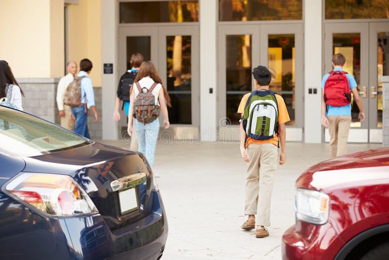 Hohe Schüler, die weg in der Schule von den Eltern gefallen werden stockfoto