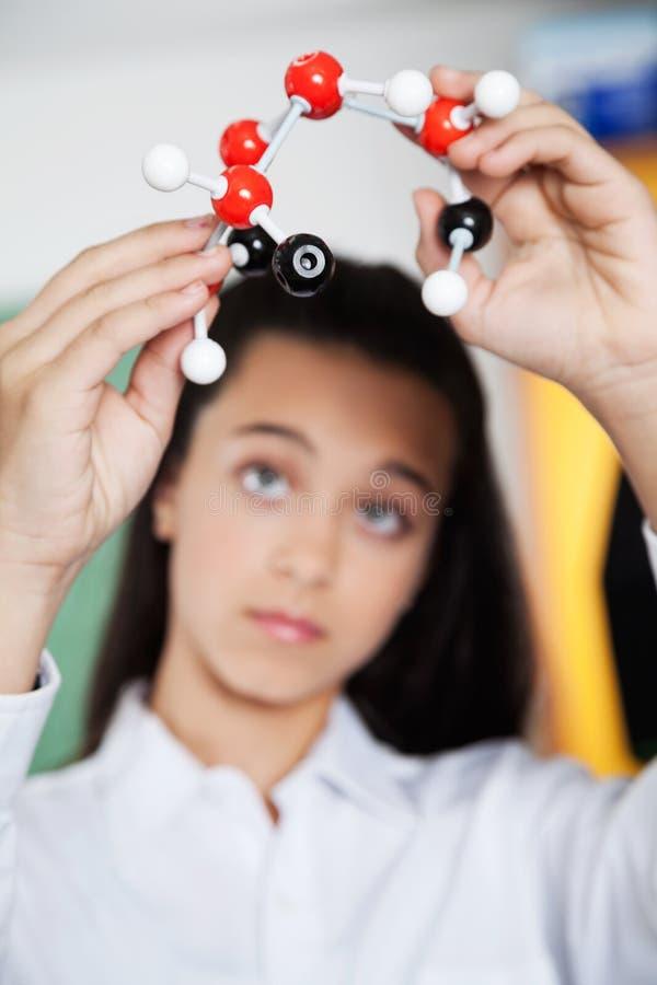 Hohe Schüler-Looking At Molecular-Struktur lizenzfreies stockbild