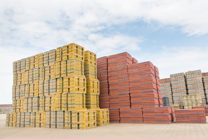 Hohe Stapel Steine als Vorrat an Fabrik stockbilder