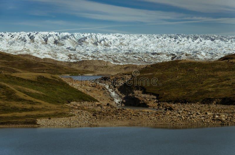 Hohe Wand der Gletscherfront Strom, der vom Gletscher zu verschiedene Seen fließt Kangerlussuaq, Gr?nland stockbilder