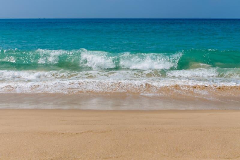 Hohe Wellen am Türkis wässern auf sandigem Ozean- oder Seestrand lizenzfreies stockfoto