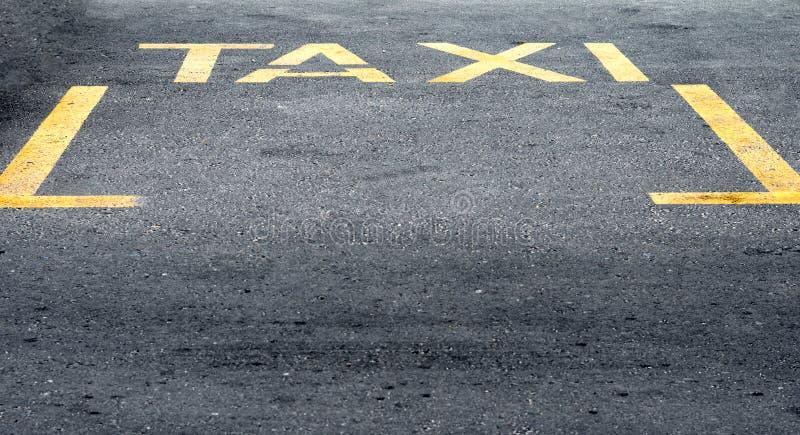 Hohe Winkelsicht der gelben Taxizeichenstation auf Straße lizenzfreies stockfoto