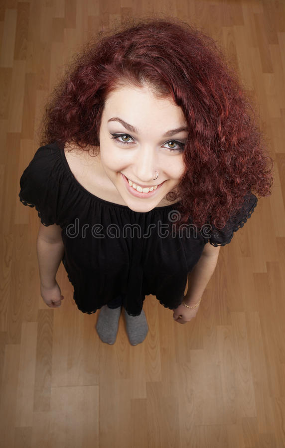 Hohe Winkelsicht der schönen jungen Frau, die oben schaut lizenzfreies stockbild