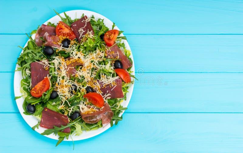 Hohe Winkelsicht des appetitanregenden Salats mit Trockenfleisch, jamon, groß lizenzfreies stockfoto
