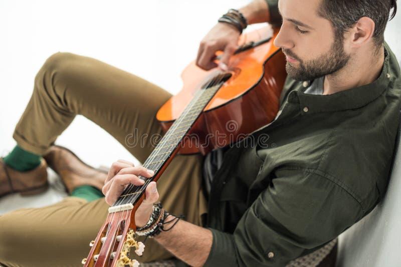 hohe Winkelsicht des hübschen Musikerspielens stockfoto